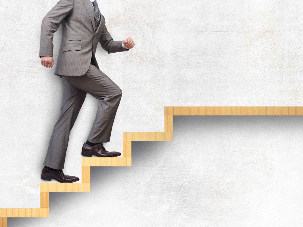 階段を一歩ずつ昇っていくように身体を改善させていく写真