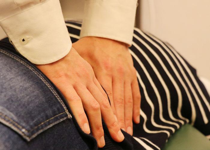 名古屋|腰部の筋肉を施術している写真1