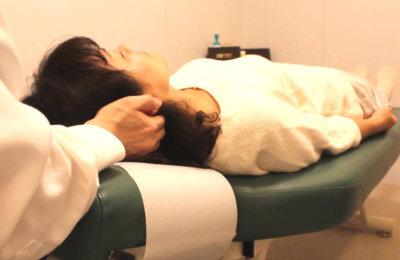 頸椎の施術をしている写真1