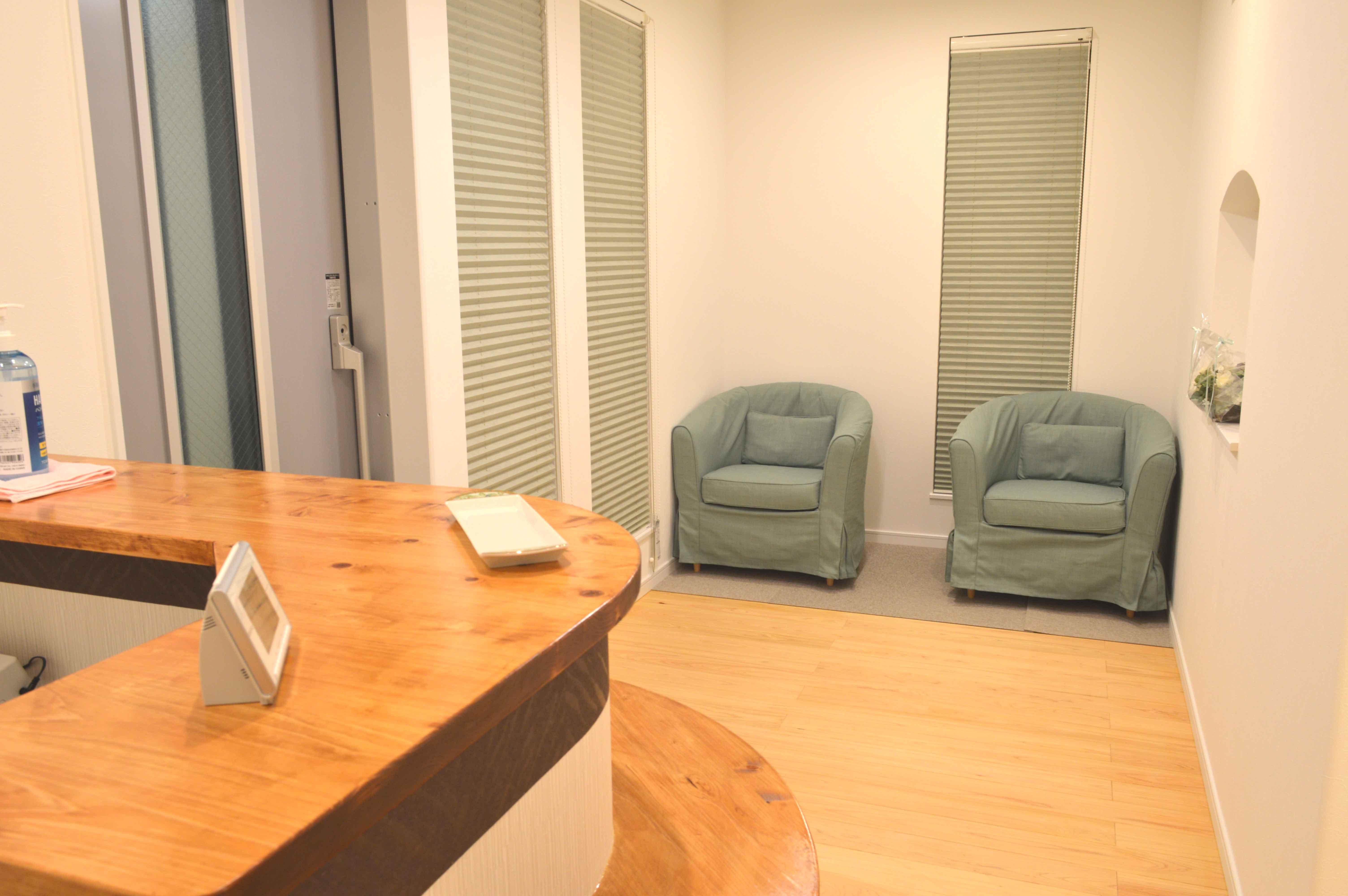 オリア施術院の受付と待合室写真